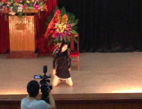 Những động tác uốn éo phản cảm trên sân khấu của nữ sinh.