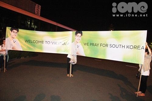 """Ngoài các băng rôn chào mừng Kim Soo Hyun, fan của """"cụ giáo"""" còn bày tỏ sự cảm thông bằng"""