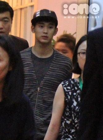 Vào lúc ...., nam diễn viên Kim Soo Hyun chính thức có mặt ở sân bay Tân Sơn Nhất - Tp.HCM trong sự chào đón nồng nhiệt của người hâm mộ.
