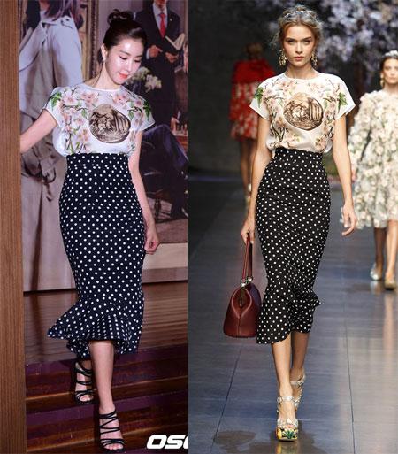 """Mẫu áo váy này từng xuất hiện trong show Xuân Hè 2014 Dolce & Gabbana và được nhiều sao quốc tế yêu thích như mỹ nhân Hàn Quốc Han Eun Jung. Ngọc Trinh thẳng thắn chia sẻ, chiếc chân váy chấm bi do cô tự thiết kế và may lại chứ không cùng thuộc thương hiệu Dolce & Gabbana: """"Giá của bộ váy chính hãng cũng là 1000 USD. Trong khi đó, tôi thấy mình hoàn toàn có thể làm được để tiết kiệm chi phí""""."""