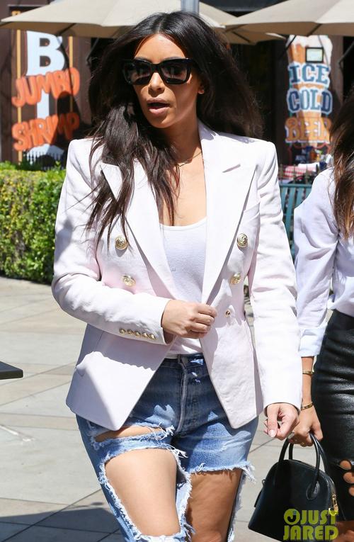 kim-kardashian-wears-jeans-wit-1646-7737