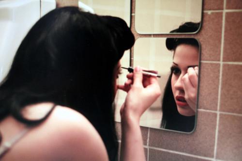 Đừng vì những việc ngớ ngẩn như make up, sửa soạn quần áo... mà đến trễ nhé.