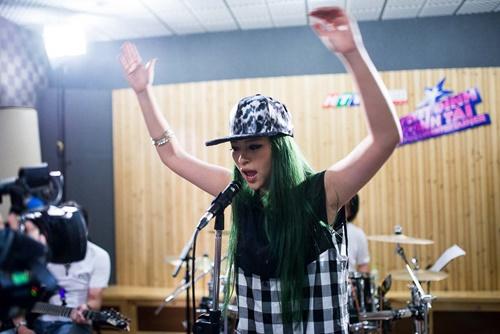 Kimmese cho biết cảm giác của mình đang rất hồi hộp và thích thú vì cô rất thích phong cách của Rock. Về phần biểu diễn của mình, nữ rapper muốn thể hết chất rock hết sức có thể.