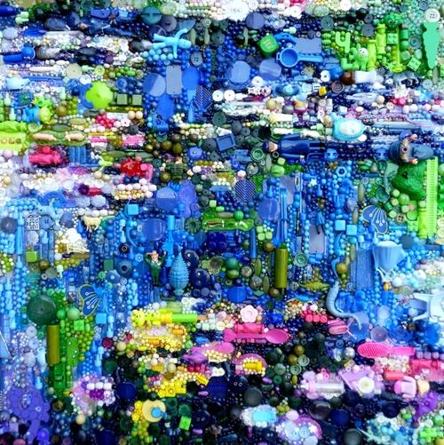 Bức tranh trừu tượng với những mảng màu tương phản được làm từ rất nhiều vật dụng quen thuộc như cúc áo, hạt, lego...