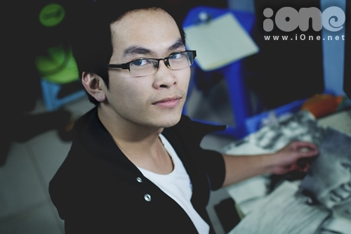 Ngô Sơn Tùng hiện là sinh viên năm 4 khoa Kiến trúc và quy hoạch, trường Đại học Xây dựng Hà Nội. Những bức tranh truyền thần theo trường phái đặc tả của chàng trai quê gốc Bắc Ninh này khiến người xem ngỡ ngàng vì không khác gì ảnh chụp bằng camera.
