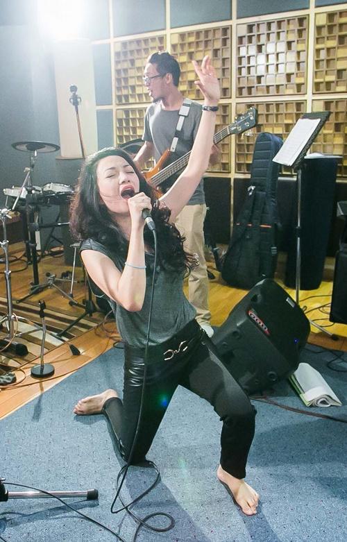 Với một giọng ca như Phạm Thu Hà thì rock là một sở đoản khủng khiếp và khó có thể hình dung nữa ca sĩ sẽ hát thể loại này như thế nào. Sau một thời gian dài suy nghĩ, Phạm Thu Hà quyết định chọn bài Dệt tầm gai để chinh phục thể loại này.