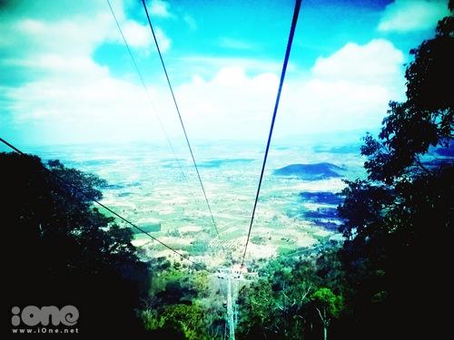 Đi cáp treo lên núi Tà Cú.