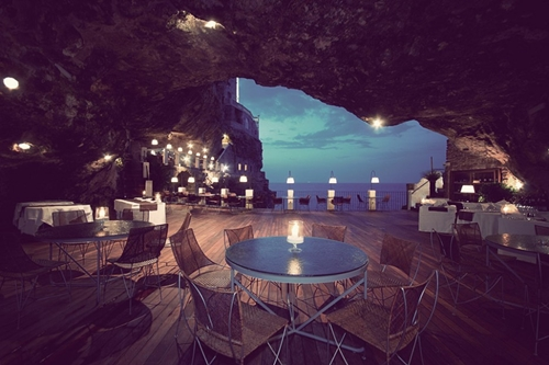 Được chạm khắc từ đá vôi, khách sạn Ristorante Grotta Palazzese (Ý) nép mình trong các hang động với tầm nhìn hướng ra biển Adriatic xanh thẳm.