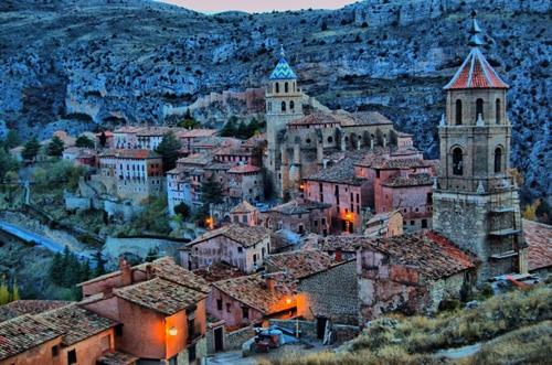: Albarracín là một ngôi làng thời Trung cổ thuộc vùng tự trị Aragon, miền bắt Tây Ban Nha. Những bức tranh đá cùng ngôi nhà gạch đỏ đặc trưng của châu  u chắc chắn sẽ khiến bạn mê tít nơi này.