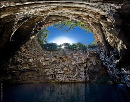 Hang động Melissani nằm trên đảo Kefalonia (Hy Lạp) mang vẻ đẹp huyền bí.