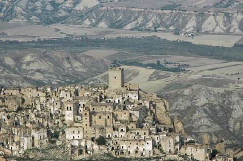 Ngôi làng Carco, Basilicata nằm ở phía nam nước Ý với những tòa nhà cũ kĩ bỏ hoang được xem là nơi trú ẩn của những bóng ma.