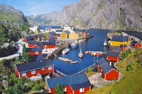 Quần đảo Lofoten nằm ở miền bắc Na Uy, gần vùng biển Bắc Cực tập hợp những ngôi nhà nhiều màu sắc mang vẻ đẹp thanh bình. Đây cũng là nơi có rạn san hô sâu nhất thế giới.