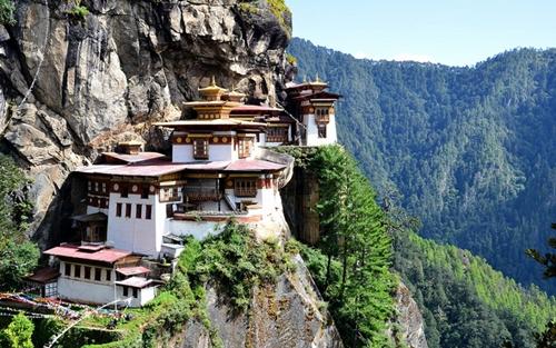 Tu viện Tigers Nest (Bhutan) nằm cheo leo bên vách núi có độ cao hơn 3.100 mét so với thung lũng Paro.