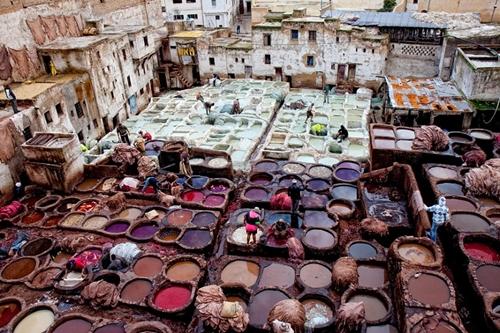 Fes, thành phố lớn thứ hai của Ma-rốc với nhiều xưởng sản xuất sản phẩm bằng da lâu đời nhất thế giới.