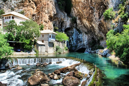Ngôi làng Blagaj (Bosnia và Herzegovin) nằm cạnh bờ sông Buna xinh đẹp.