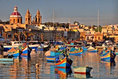 Thị trấn Marsaxlokk, Malta rực rỡ màu sắc của những chiếc thuyền. Vào chủ nhật hằng tuần, nơi đây diễn ra phiên chợ lớn chỉ trao đổi một loại hàng duy nhất là cá.