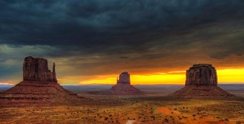 Thung lũng Monument, Utah với các khối đá khổng lồ từng được nhiều nhà làm phim phương Tây chọn làm bối cảnh quay.