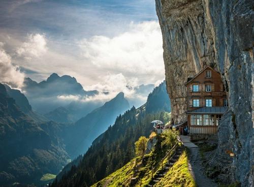 Nằm ở độ cao khoảng 5.000m so mực nước biển, khách sạn Ascher Cliff (Thụy Sĩ) nép mình vào sườn của một ngọn núi cao thuộc dãy Alps với điều kiện khí hậu dễ chịu.