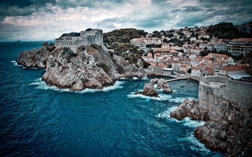 Dubrovnik (Croatia) là một thành phố nằm bên bờ biển Adriatic vẫn còn giữ được nguyên vẹn nhiều nét kiến trúc độc đáo từ thời Trung cổ. Năm 1979, nơi đây được UNESCO công nhận là Di sản thế giới.