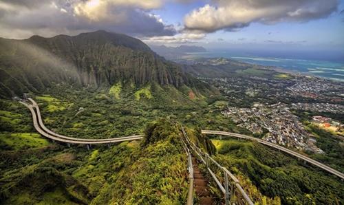 Cầu thang Haiku thuộc hòn đảo Oahu, Hawaii (Mỹ) nằm trên đỉnh của ngọn núi Puukeahiakahoe cao 756m. Cầu thang đi bộ với tổng số 3922 bậc này được mệnh danh là Nấc thang lên thiên đường.