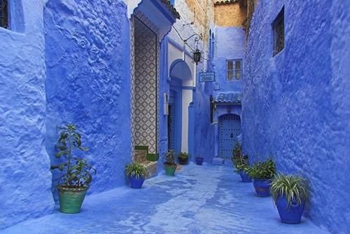 Tất cả ngôi nhà của làng Chefchaouen (phía tây bắc Ma-rốc) đều được phủ cùng một màu sơn xanh dương ấn tượng.