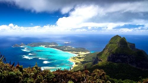 Cảnh quan thiên nhiên và những rạn san hô của hòn đảo xinh đẹp Lord Howe nằm ở phía đông nước Úc không bị tác động nhiều bởi con người do quy định chỉ có 400 khách du lịch được phép vào thăm mỗi năm.