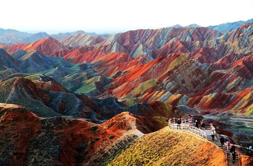 Công viên địa chất Zhangye Danxia nằm ở phía tây nam Trung Quốc khiến nhiều du khách sững sờ bởi khung cảnh kì vĩ của những khối núi sặc sỡ màu sắc như tranh vẽ. Năm 2010, nơi đây được UNESSCO công nhận là di sản văn hóa thế giới.