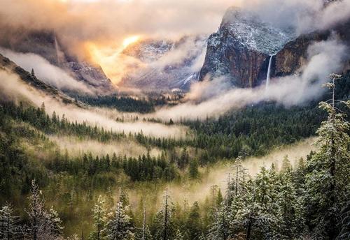 Vườn quốc gia Yosomite (Mỹ)  nổi tiếng khắp thế giới bởi những vách đá hiểm trở, thác nước cuồn cuộn, dòng nước trong vắt và những rừng cây củ tùng xanh mướt.