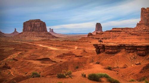 Thung lũng Monument là một khu vực thuộc Cao nguyên Colorado(Mỹ). Điểm hấp dẫn khách tham quan của thung lũng này là những cột đá lớn nhô cao với nhiều hình thù kì lạ.