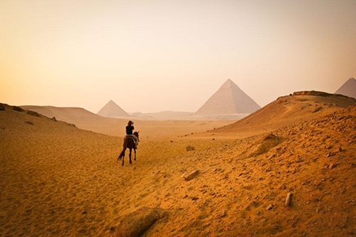 Khu tổ hợp Kim tự tháp Ai Cập gồm tất cả 138 kim tự tháp lớn nhỏ, chủ yếu đóng vai trò là lăng mộ cho các Pharaon và hoàng hậu. Trong số đó, Kim tự tháp Khufu tại Giza là kim tự tháp Ai Cập lớn nhất và là kỳ quan thế giới cổ đại duy nhất còn tồn tại.