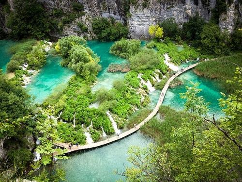 Hồ Plitvice nằm trong Vườn quốc gia Plitvice, miền trung Croatia gây ấn tượng mạnh bởi hồ nước màu xanh ngọc bích, nước chảy róc rách qua những thác rêu và cây cầu gỗ đi bộ tuyệt đẹp.