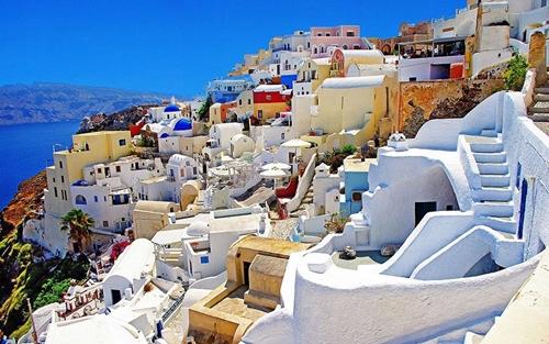 Santorini là một hòn đảo phía đông nam Hi Lạp có kiến trúc rất độc đáo với những ngôi làng nằm chênh vênh trên đồi hướng ra biển.