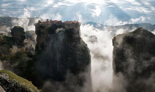 Metéora là một trong những quần thể tu viện lớn nhất của Hi Lạp. Công trình này được xây dựng trên cột đá sa thạch tự nhiên ở rìa đông bắc của đồng bằng Thessaly, miền Trung Hi Lạp.
