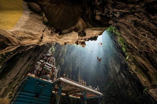 Hệ thống động Ba Tu (Malaysia) gồm ba hang lớn và nhiều hang nhỏ nằm rải rác trên rẻo núi đá vôi mang đến vẻ đẹp tâm linh huyền bí.