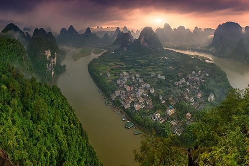 Sông Lệ Giang thơ mộng nằm ở Quảng Tây (Trung Quốc) có chiều dài 83km chảy qua nhiều địa danh nổi tiếng như thành phố Quế Lâm, đồi Vòi Voi...