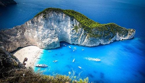 Navagio là một vịnh cát nhỏ vô cùng xinh đẹp bị cô lập nằm trên bờ biển phía Tây Bắc của đảo Zakynthos. Điểm nhấn khiến nơi đây thu khách hàng nghìn lượt khách mỗi năm là bãi cát trắng mịn hòa cùng nước biển trong vắt, bên cạnh đó là xác của chiếc tàu buôn lậu Panagiotis.