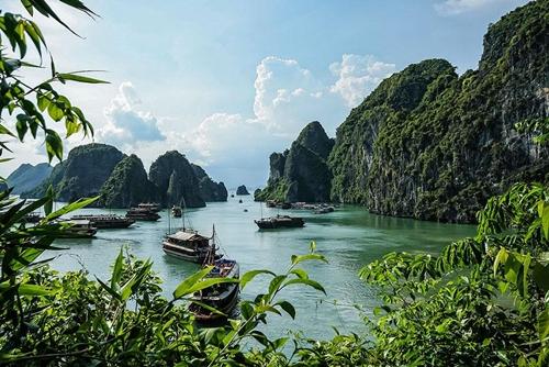Vịnh Hạ Long với gần 2000 hòn đảo lớn nhỏ là một trong những điểm du lịch hấp dẫn bậc nhất Việt Nam. Năm 2007, Vịnh Hạ Long chính thức trở thành một trong 7 kì quan thiên nhiên mới của thế giới.