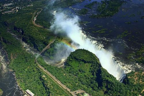 Thác Victoria trên biên giới giữa Zambia và Zimbabwe ở phía nam Châu Phi có chiều cao 128 mét. Khung cảnh hùng vĩ của nơi đây chắc chắn sẽ làm bạn trầm trồ thích thú.