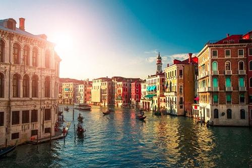 Venice (Ý) được mệnh danh là thành phố của các kênh đào nên phương tiện đi lại chủ yếu là taxi nước hay thuyền máy. Những tòa nhà trong thành phố mang vẻ đẹp cổ kính, lãng mạn khiến du khách say lòng.