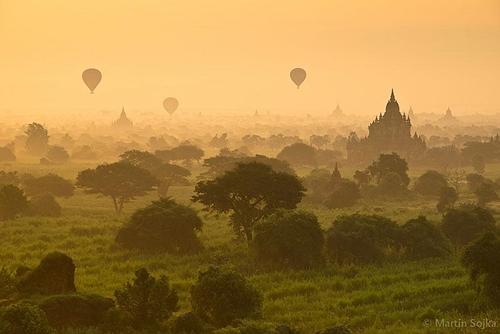Bagan là thành phố cổ nằm ở miền trungMyanmar, nơi đây từng là kinh đô của vương triều Pagan. Bình minh là thời điểm đẹp nhất trong ngày để bạn có thể ngắm hơn 2.000 tòa tháp bằng đá có niên đại hơn 8 thế kỉ nhấp nhô xen kẽ giữa vùng đất rộng lớn.