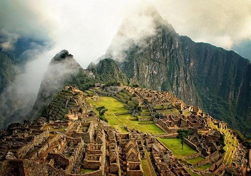Machu Picchu là khu tàn tích nổi tiếng thời tiền Columbo được xây dựng trên một quả núi có chóp nhọn cao 2.430m, thuộc thung lũng Urubamba (Pêru).