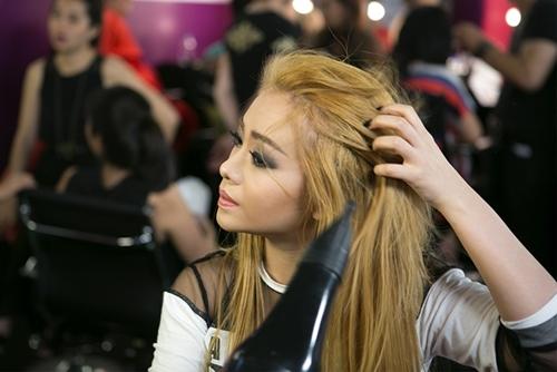 MiA cảm thấy hơi áp lực khi đối diện với thử thách mới vào vai công chúa nhạc Pop Britney Spear bài hát Toxic. Nữ ca sĩ lo lắng làm sao để hình tượng nữ tiếp viên quyến rũ có thể thoát được cái bóng của CL (trưởng nhóm 2NE1) đã mang về chiến thắng trong tuần thứ 5 cho mình. Bộ trang phục đã được đặt may xong từ đầu tuần nhưng mẹ cô đã phải giúp con gái chỉnh sửa lại một số chi tiết để che bớt những phần hở theo đúng như bài hát gốc.