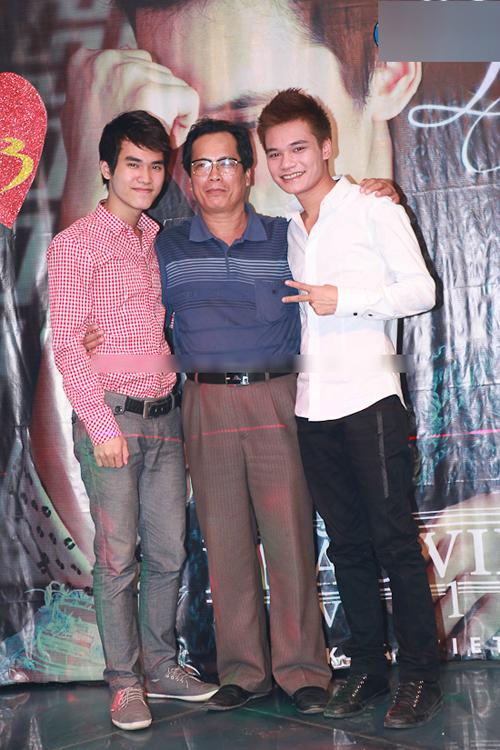 Em của Khắc Việt là Khắc Hưng (trái), từng hòa âm, phối khí cho nhiều ca khúc cho các ca sĩ như Tuấn Hưng, Nam Cường, Thu Thủy, Đan Trường, Quang Vinh... và cả anh trai. Chàng trai sinh năm 1992 hiện là sinh viên khoa keyboard tại Học viện Âm nhạc Quốc gia Việt Nam.