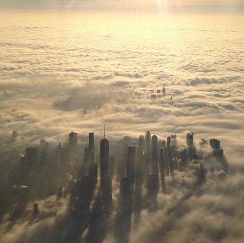 Mây trôi lững lờ bao quanh những tòa nhà chọc trời ở New York. Đỉnh ngọn tháp  Empire State với chiều cao 381 mét là nơi cao nhất của thành phố trung tâm thương mại, tài chính thế giới.