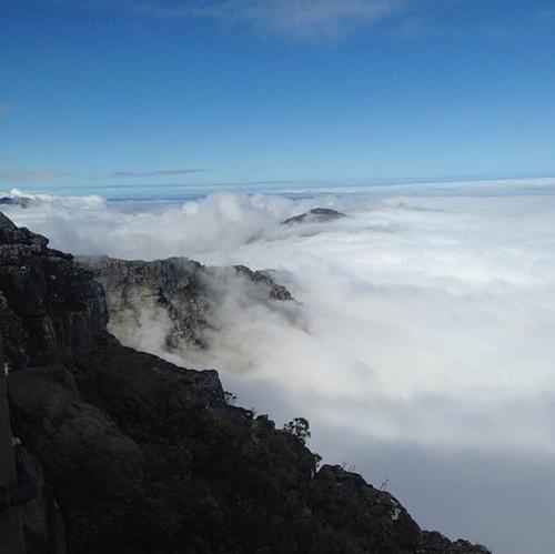 Núi Bàn (Table Mountain) ở thành phố Cape Town, Nam Phi chìm trong những suối mây trắng.