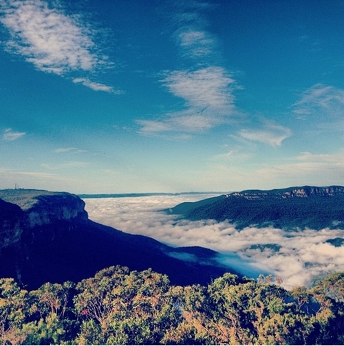 Những ngọn núi nằm sát bờ biển nước Úc.