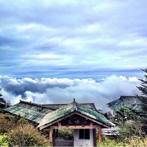 Mây trắng bao quanh ngôi chùa cổ yên tĩnh trên những đỉnh núi cao chót vót ở Trung Quốc.