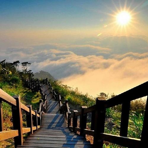 Cầu thang đi bộ giữa lưng chừng núi ở Đài Loan là địa điểm lí tưởng để bạn ngắm bình minh rực rỡ, biển mây rộng lớn, thung lũng bình yên...