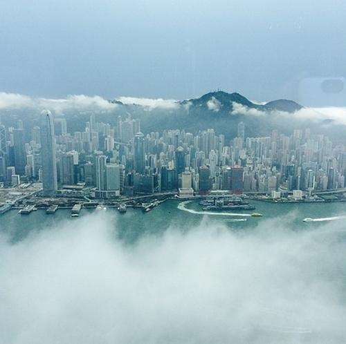Toàn cảnh thành phố Hồng Kông sầm uất, sở hữu nhiều ngọn tháp đâm cao chọc trời mờ ảo trong làn sương sớm.