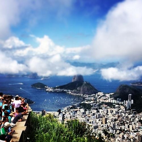Đứng dưới chân bức tượng chúa Kito có thể ngắm mây trôi trên nóc những tòa nhà cao tầng ở Rio de Janeiro, thành phố của những lễ hội carnival rực rỡ sắc màu và điệu nhảy samba quyến rũ.